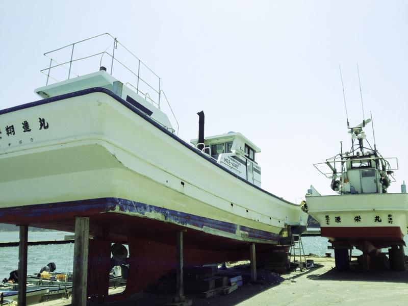 修理中の漁船